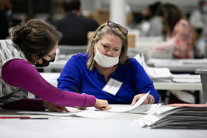 佐治亞州正在核查「死人投票」案例,並已經啟動手工計票。該州選民2020年11月14日集會遊行,呼籲選舉公正。圖為11月6日,佐治亞州勞倫斯威爾,格威納特郡的選務人員進行計票工作。(Jessica McGowan/Getty Images)