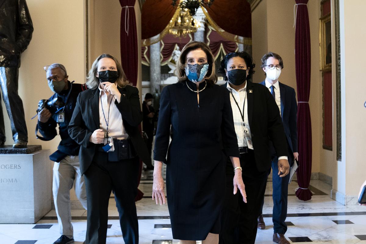 圖為美國國會眾議院議長南希·佩洛西(Nancy Pelosi)2021年1月13日走入眾院大廳,準備第二次彈劾總統特朗普。(Stefani Reynolds/Getty Images)