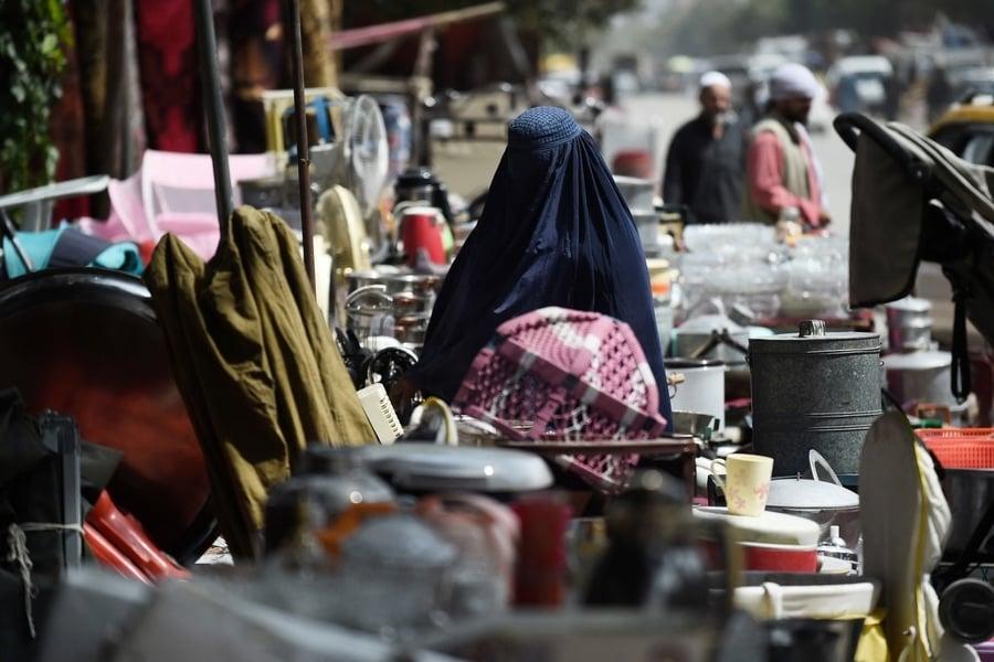 塔利班治下阿富汗經濟惡化 民眾賣家當買食物