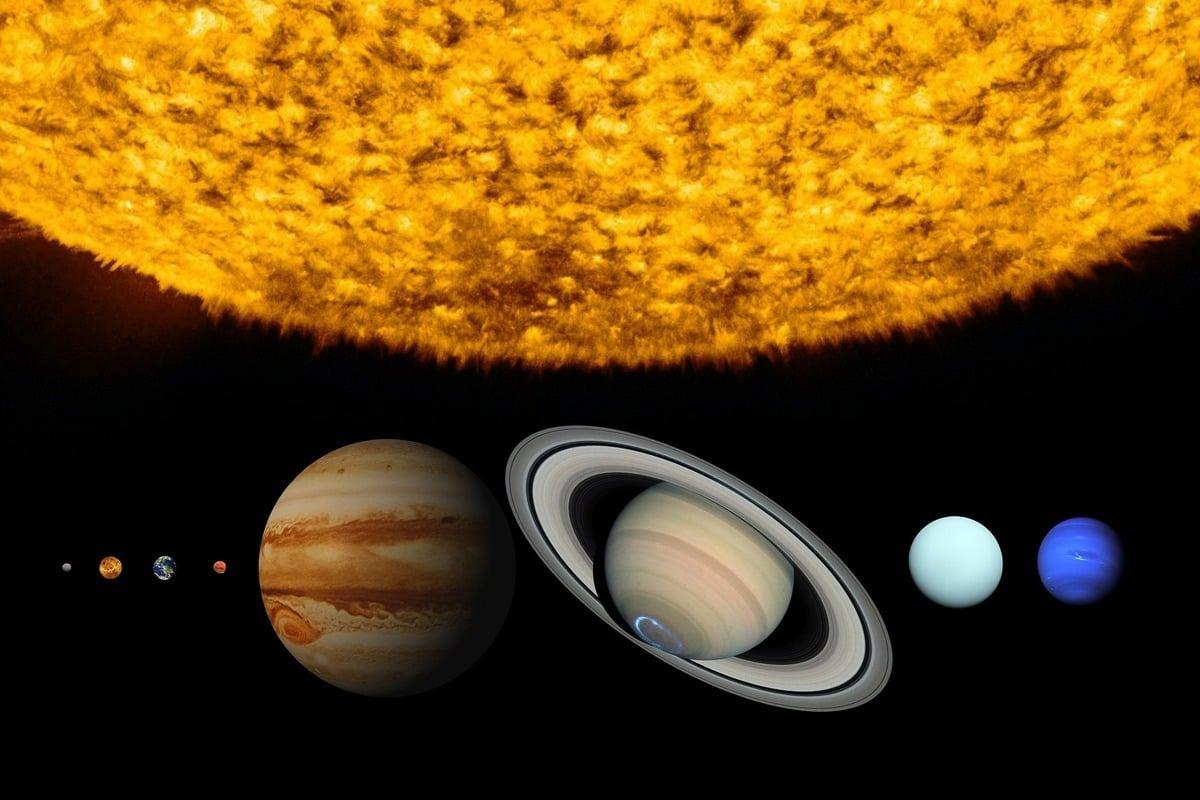 有天文學家將木星與土星的合相比擬為《聖經》中記載的聖誕之星。圖為太陽系中木星與土星的示意圖。(Pixabay)