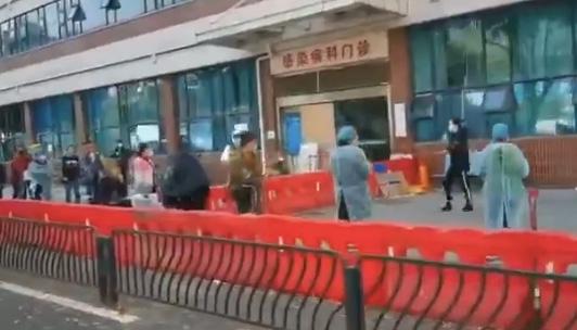 武漢協和醫院發熱門診前又有數十人排隊。(影片截圖)
