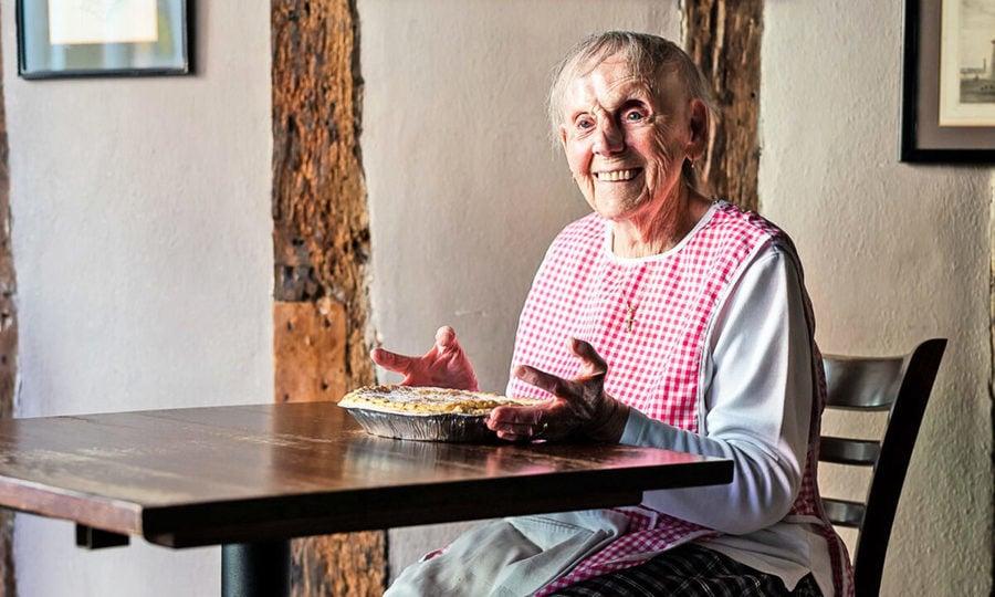89歲阿嬤凌晨4點烤餡餅送愛心 英首相感謝