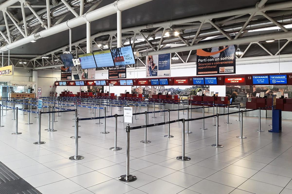 受到武漢肺炎疫情全球大流行影響,許多航空公司面臨運量大幅縮水。(AEROPORTO DI ROMA/AFP)