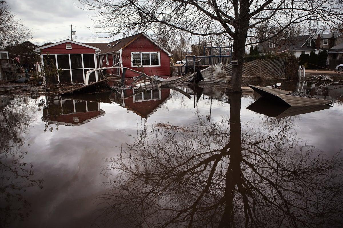 颶風「亨利」(Henri)將在8月21日晚或周日22日早上登陸美國東北部,預計影響五百多萬人。專家稱,可能這是30年來東北部地區的首個颶風登陸。圖為2012年桑迪颶風重創紐約,史丹頓島的淹水情形。(John Moore/Getty Images)