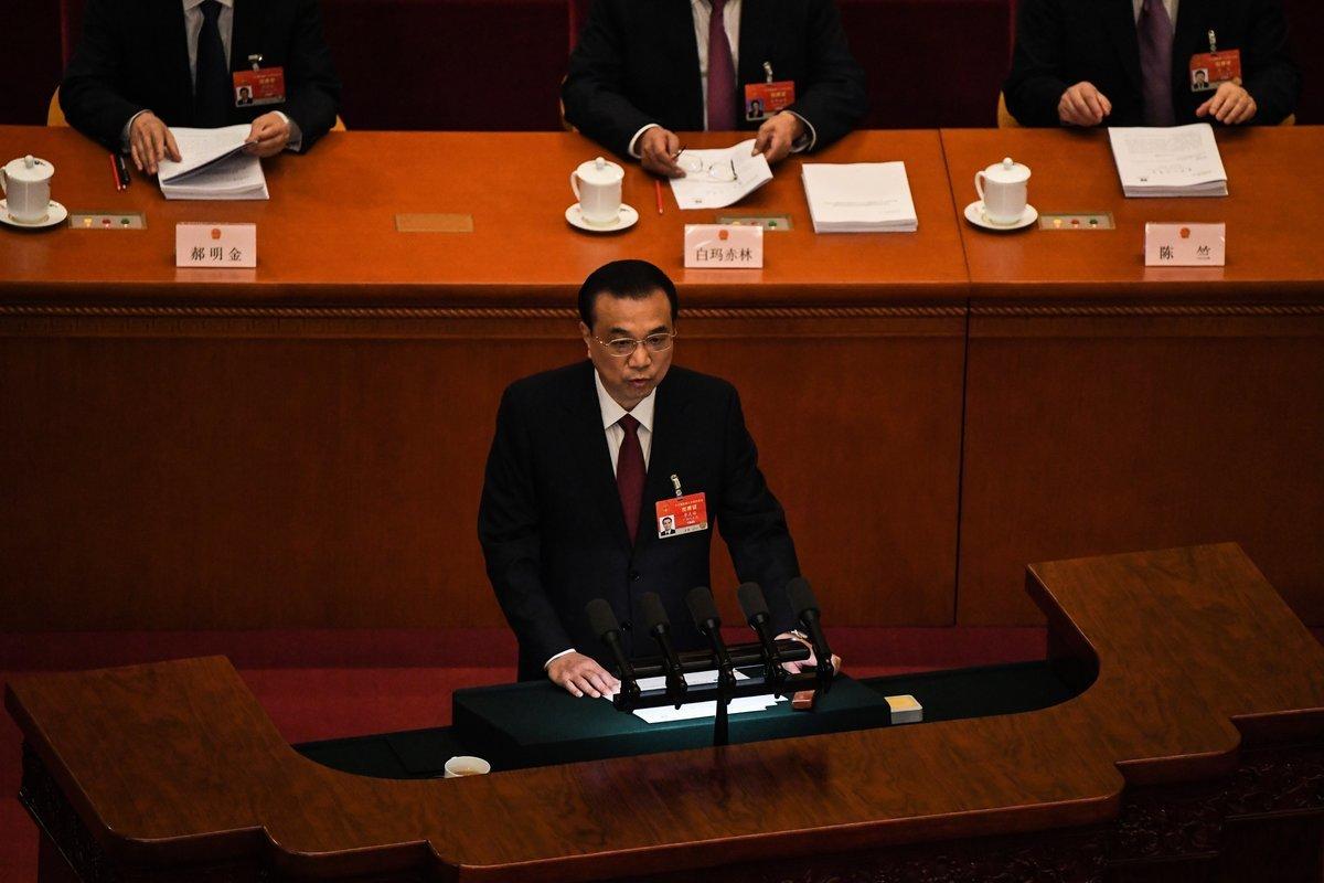 2021年3月5日,中共全國人大會上,中共總理李克強做政府報告時,再次出現與習近平不一致的言論。(LEO RAMIREZ/AFP via Getty Images)