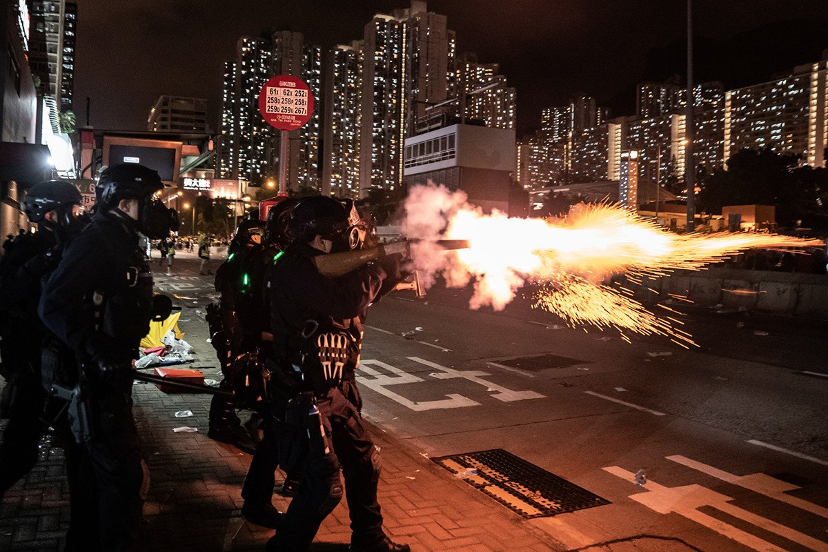 前北約盟軍司令史塔伏瑞迪斯(James Stavridis)表示,香港若能避免中共鎮壓,應該感謝台灣,因為台灣是中共覬覦的更大目標。圖為2019年8月5日,香港警察對抗議人士發射催淚彈。(Anthony Kwan/Getty Images)