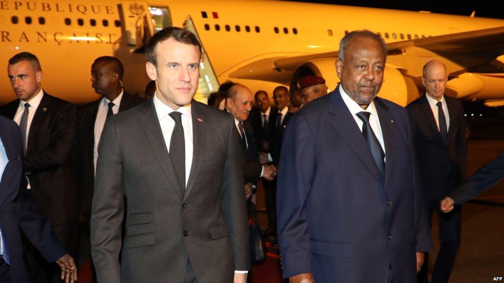 法國總統馬克龍抵達吉布提開啟對東非的訪問,吉布提總統伊斯梅爾·奧馬爾·蓋萊在機場歡迎馬克龍。(AFP)
