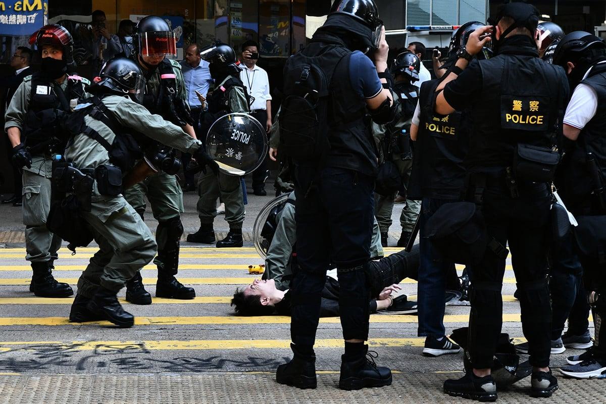 香港抗議者11月11日發起罷工、罷市、罷課「三罷」行動,在西灣河附近,港警連發三實彈,導致一名抗議者腹部中彈,送醫後情況仍然危殆。 (Photo by Anthony WALLACE / AFP)