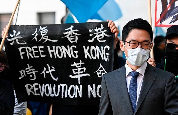 中共外長王毅2020年9月1日與德國外長會晤,前香港眾志創黨主席羅冠聰在柏林參加抗議活動。(TOBIAS SCHWARZ/AFP via Getty Images)