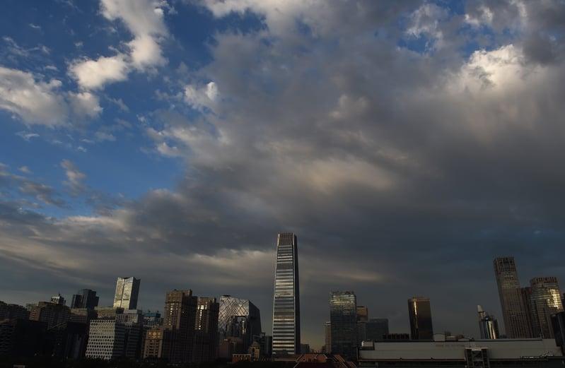 大陸財政收支已嚴重失衡,中共喊要壓減地方政府支出,但地方政府支出增速同比增加9.4%。圖為2014年6月6日的北京。(GREG BAKER/AFP/Getty Images)