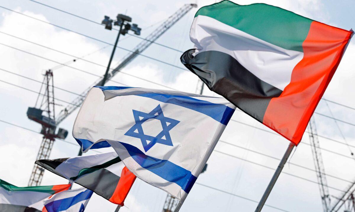 2020年8月16日,以色列和阿拉伯聯合酋長國的國旗在以色列沿海城市內坦亞的一條路上飄揚。(Jack Guez/AFP via Getty Images)