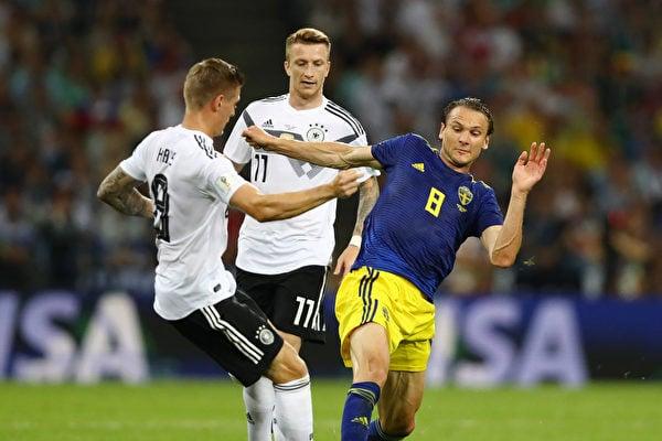 6月23日,德國對瑞典,最後一分鐘中場大將卻奧爾(KROOS)自由球直接破門完成逆襲,為德國隊小組出線挽回一線生機。(Dean Mouhtaropoulos/Getty Images)