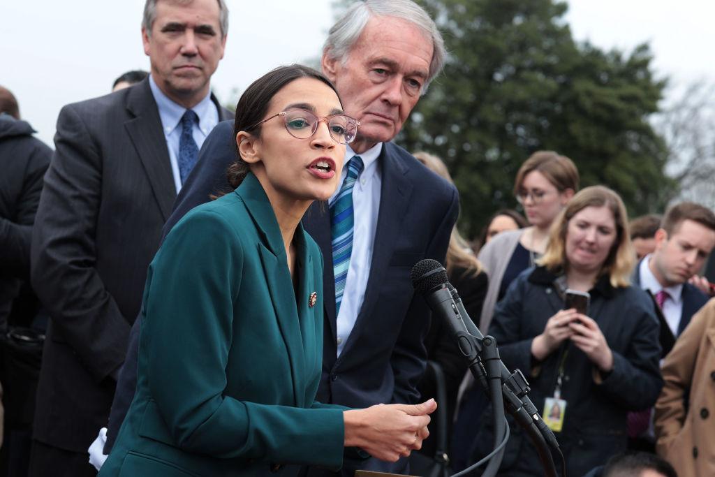 美國會議員奧卡西奧-科爾特斯(中)2019年2月7日在國會山前,舉行記者會,公佈「綠色新政」計劃。(Alex Wong/Getty Images)