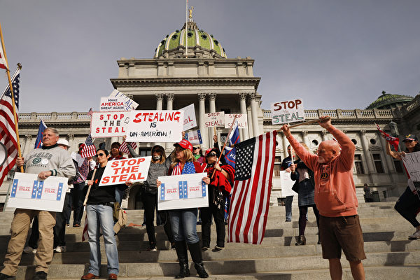 2020年11月5日,賓夕凡尼亞州哈里斯堡,民眾聚集在州議會大廈前抗議大選舞弊,要求制止偷竊。(Spencer Platt/Getty Images)