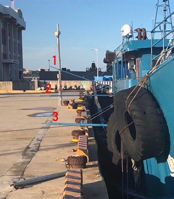 中國大陸「粵惠來漁43899」漁船船舷加裝尖銳鐵管,越界在澎湖海域從事滾輪拖網工作,澎湖海巡克服困難,從船尾登船查扣,並將船押返馬公留置調查,10名船員也強制快篩,皆為陰性。(澎湖海巡隊提供/中央社)