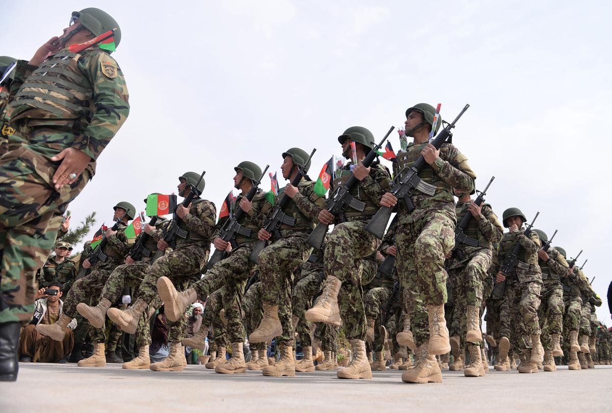 3月1日,阿富汗政府軍為了保衛南部軍事基地,與塔利班阿蓋達組織發生衝突,至少9名恐怖份子被消滅,6名政府軍陣亡。圖為阿富汗政府軍。 (HOSHANG HASHIMI/AFP/Getty Images)