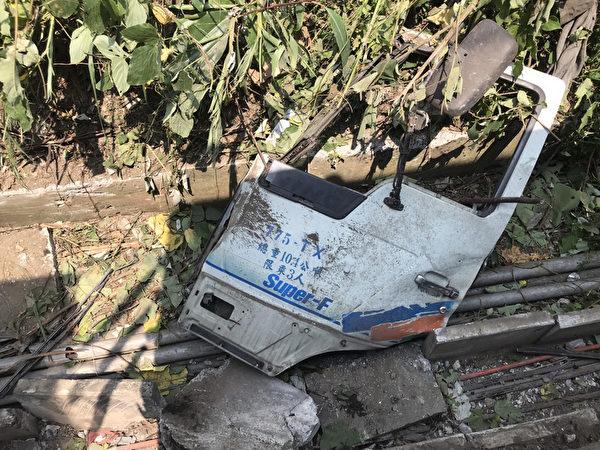 台鐵408次太魯閣號2021年4月2日上午發生出軌意外,初步研判是廠商的工程車沒有停好,導致滑落撞到太魯閣號。圖為工程車整片車門掉落事故現場。(中央社)