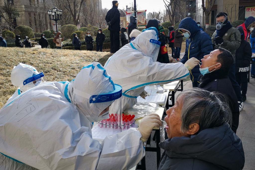 石家莊一小區居民在進行核酸檢測。(STR/CNS/AFP via Getty Images)