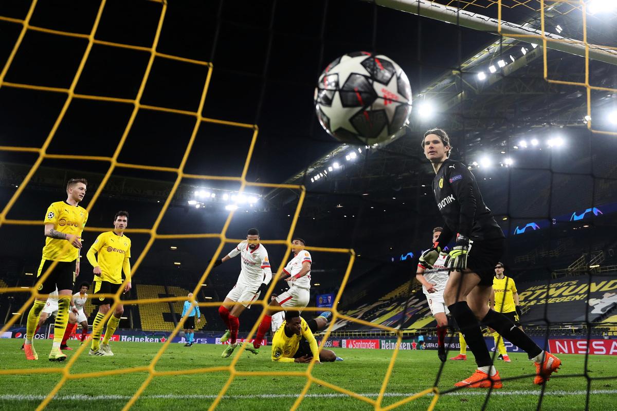 在歐冠16強兩回合淘汰賽中,德甲豪門多特蒙德以總比分5比4淘汰了西甲勁旅塞維利亞。(Lars Baron/Getty Images)