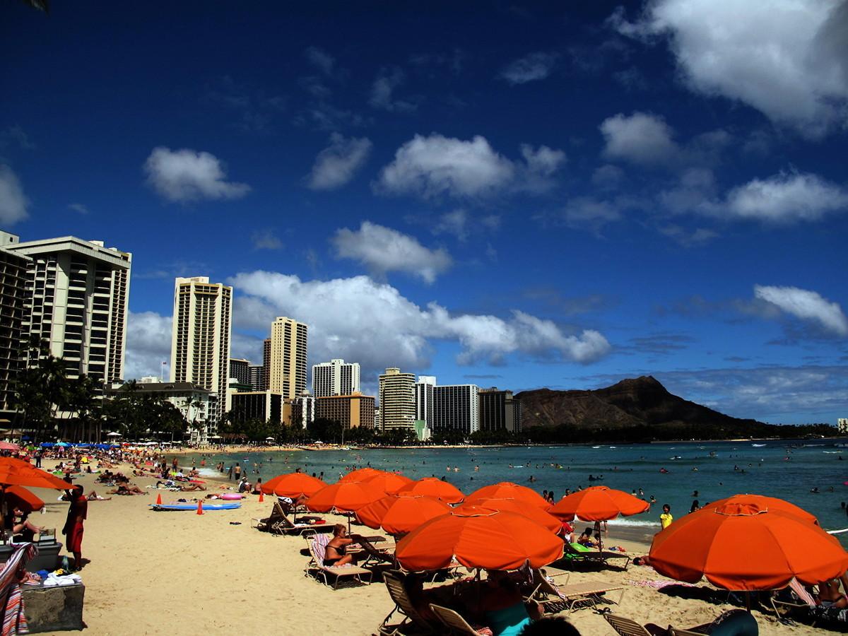2010年6月15日,夏威夷瓦胡島檀香山威基基海灘的景色。(Photo by PATRICK BAZ/AFP via Getty Images)