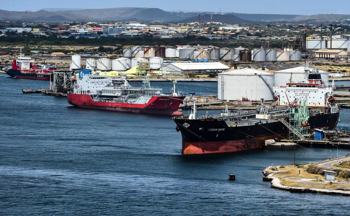 2019年2月22日,油輪停靠在艾拉(Isla)煉油廠前,這座煉油廠是由委內瑞拉國家石油公司 PDVSA 租賃的,位於荷屬安的列斯群島(Netherlands Antilles)的庫拉索島(Curacao)。(LUIS ACOSTA/AFP/Getty Images)