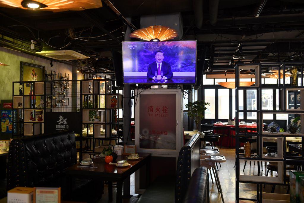 2020年11月19日,北京一家餐館內正在播放習近平在APEC論壇上的視像講話。(Greg Baker/AFP via Getty Images)
