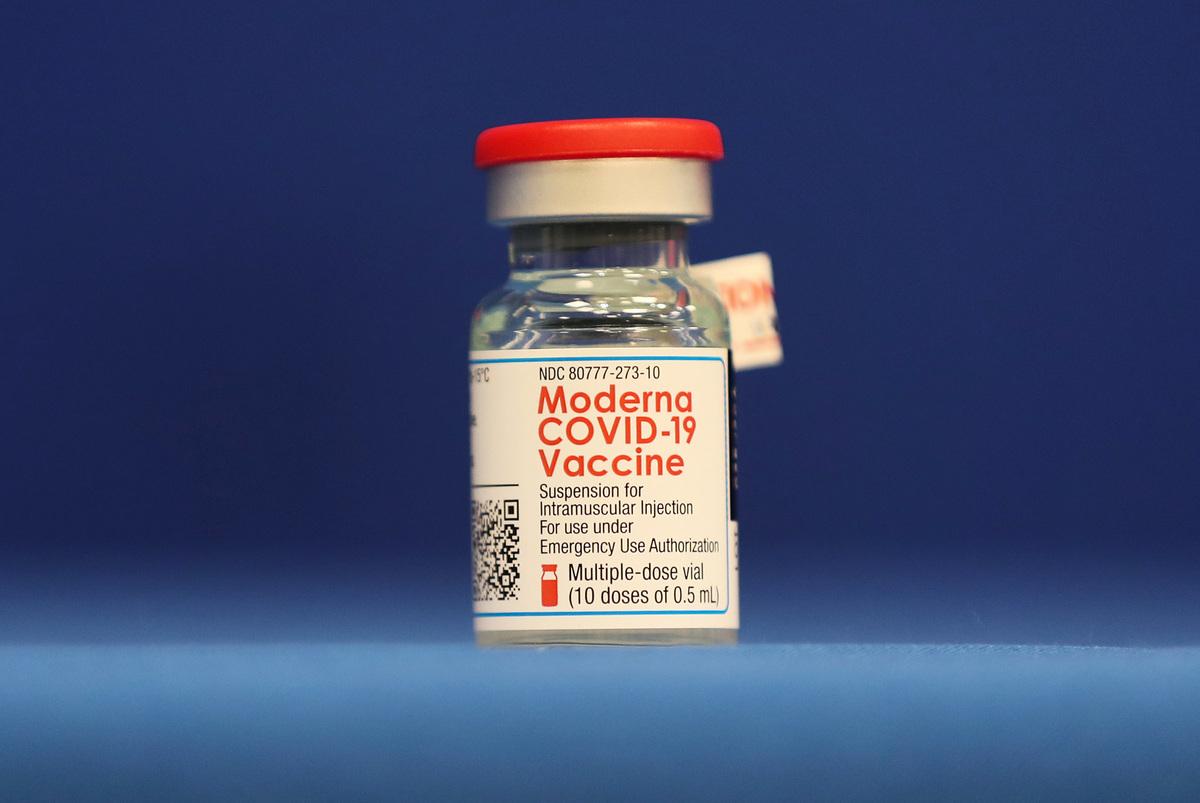 2020年12月23日,在佛羅里達州勞德代爾堡(Fort Lauderdale)舉行的新聞發佈會上,人們所看到的Moderna 中共肺炎(俗稱武漢肺炎、新冠肺炎、COVID-19)疫苗。(Joe Raedle/Getty Images)