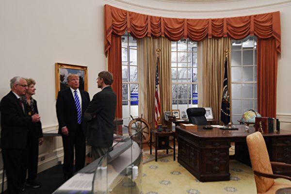 以政治素人身份入主白宮的特朗普,會帶來甚麼新氣象,令人好奇。圖為今年9月特朗普在密歇根州參觀前總統福特博物館內的橢圓形辦公室。(JEWEL SAMAD/AFP/Getty Images)