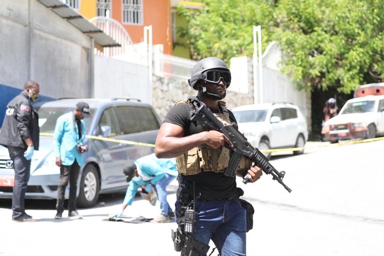 2021年7月7日,在海地首都太子港,海地警察和法醫在總統府外尋找證據。 海地臨時總理當天宣佈,總統莫伊茲(Jovenel Moise)當天凌晨在其家中遇刺身亡,第一夫人也受傷。(VALERIE BAERISWYL/AFP via Getty Images)