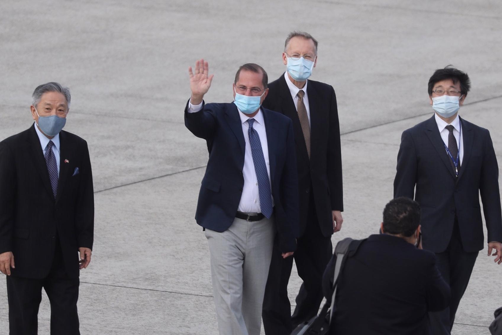 當地時間8月9日下午,美國衛生部長阿扎(Alex Azar,又稱艾薩)率訪問團搭乘美國空軍C-40B行政專機,抵達台北松山機場。(Pei Chen/POOL/AFP)
