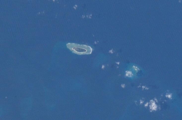 總體經濟學家吳嘉隆強調,台灣應把東沙島與太平島軍事化以便反制中共。圖為太平島空拍圖。(NASA/維基百科)
