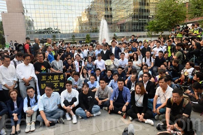 2019年11月25日,香港市民在尖沙咀東的市政局百周年紀念花園集會,民主派感謝香港人賜票。(宋碧龍/大紀元)