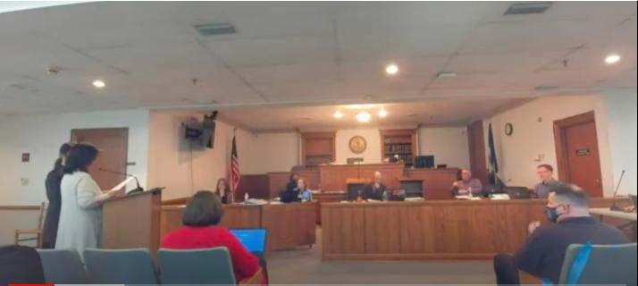 2021年3月23日晚,美國維珍尼亞州麥迪遜縣(Madison County)也表決投票,一致通過一項決議案,抵制中共強摘人體器官的行徑。左穿灰色上衣者為法輪功學員Cindy Shao,站在她身邊、穿深色衣服者為法輪功學員馬春梅。(麥迪遜縣委員會會議影片截圖)