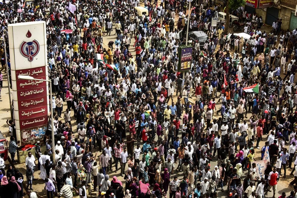 2019年6月30日,數萬名蘇丹民眾上街抗議,要求軍政府還政於民。(AHMED MUSTAFA/AFP/Getty Images)
