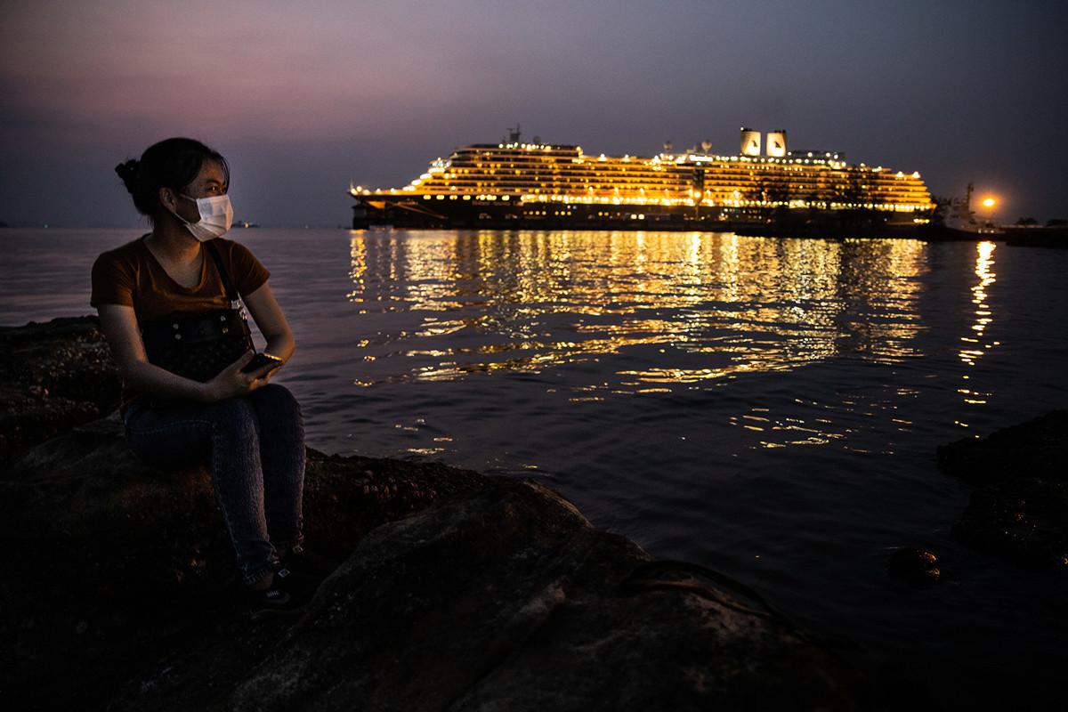圖為2020年2月17日,一位戴著防護口罩的中國女子在「威士特丹號」(MS Westerdam)郵輪所停靠的柬埔寨西哈努克城(Sihanoukville)。(Paula Bronstein/Getty Images)
