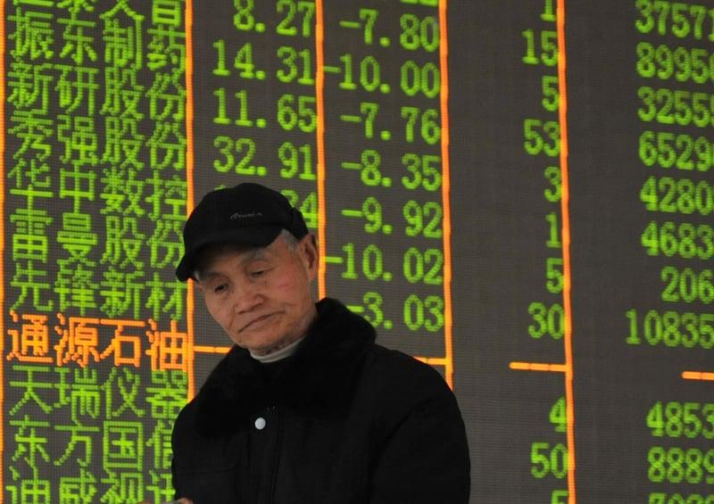 中共不少官員利用A股市場圈錢的本性顯露。多隻個股出現大股東高位減持套現,導致股價暴跌,涉及逾10萬散戶。圖為大陸股市資料圖。(STR/AFP/Getty Images)