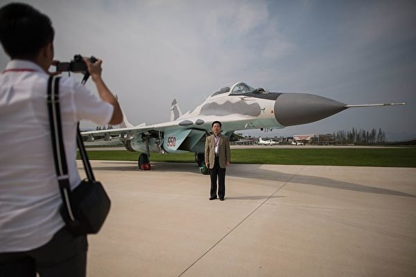 圖為2016年9月25日,北韓在有史以來第一次的元山航空節上,允許觀眾在MiG-29飛機前拍照。MiG-29是北韓空軍最好的戰鬥機。(Ed Jones /AFP via Getty Images)