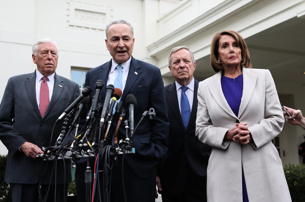 美國參議院少數黨領袖查克‧舒默(Charles Schumer)將引入一項芬太尼制裁法案,追究中國(共)的責任,制裁芬太尼生產者和販運者。圖中講話者為舒默。(ALEX EDELMAN/AFP/Getty Images)