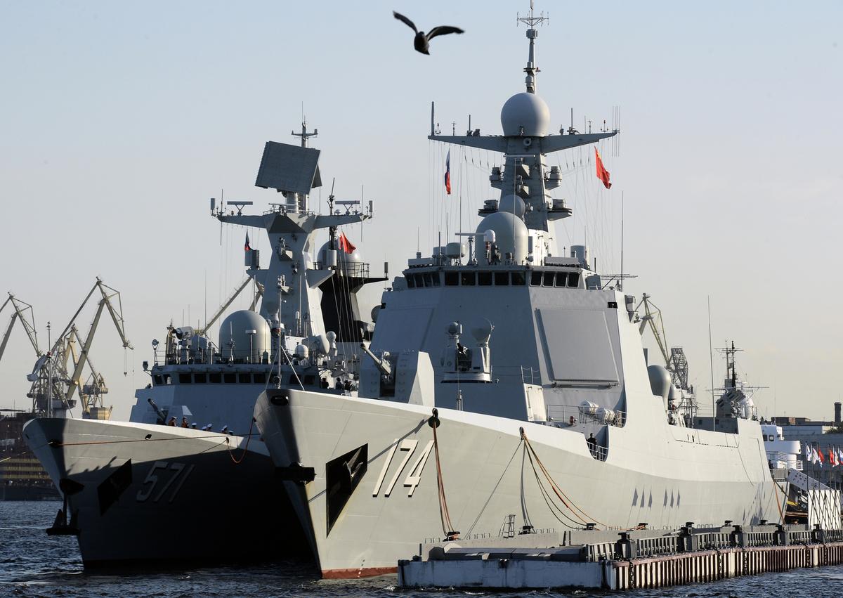 2017年7月27日,中共的052D型驅逐艦合肥號(右)和054A型護衛艦運城號(左)停靠在俄羅斯的聖彼得堡參加閱兵。中共軍艦上部的各式雷達,模仿了美軍伯克級神盾驅逐艦的配置,但實際性能質量不能同日而語。(Olga Maltseva/AFP via Getty Images)