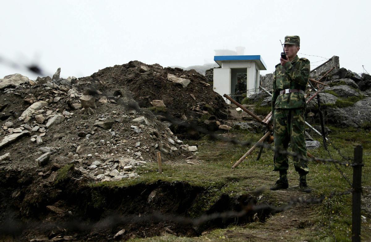 示意圖,圖為中印邊境駐守的中方士兵。(DIPTENDU DUTTA/AFP via Getty Images)