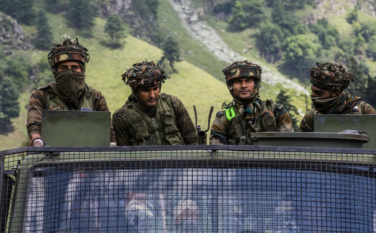 中印邊界緊張局勢持續升高,印媒指,中印都在邊境增兵。圖為中印邊境的印度士兵。(Yawar Nazir/Getty Images)