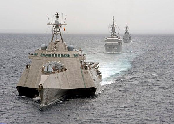 2020年6月23日,美軍的濱海戰鬥艦吉福德號(LCS 10,前),與日本海上自衛隊的戰艦在南中國海共同演練。(美國印太司令部)