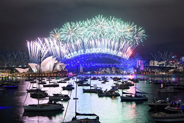 午夜剛過,規模小於以往的悉尼煙花秀帶領澳洲迎來2021年。(Wendell Teodoro/Getty Images)