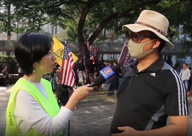 香港一位大學學者David(右)接受《大紀元》記者採訪。(大紀元影片截圖)