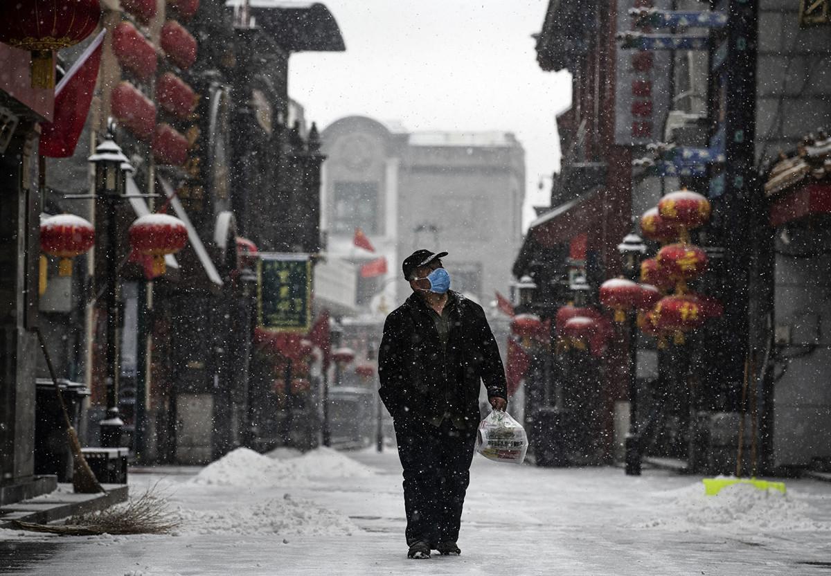 2020年2月5日北京街頭,一個男子戴著口罩。(Kevin Frayer/Getty Images)