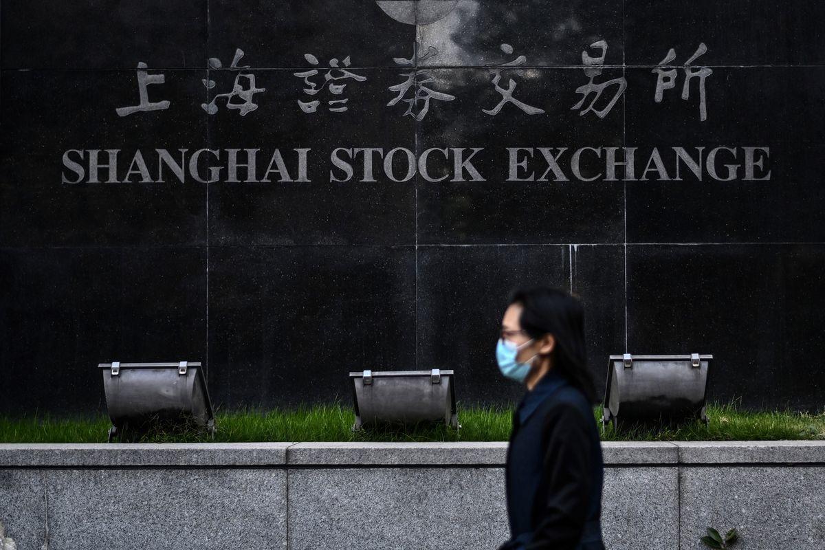 大陸股市7月27日大幅下跌。圖為上海證券交易所。(Hector RETAMAL / AFP)