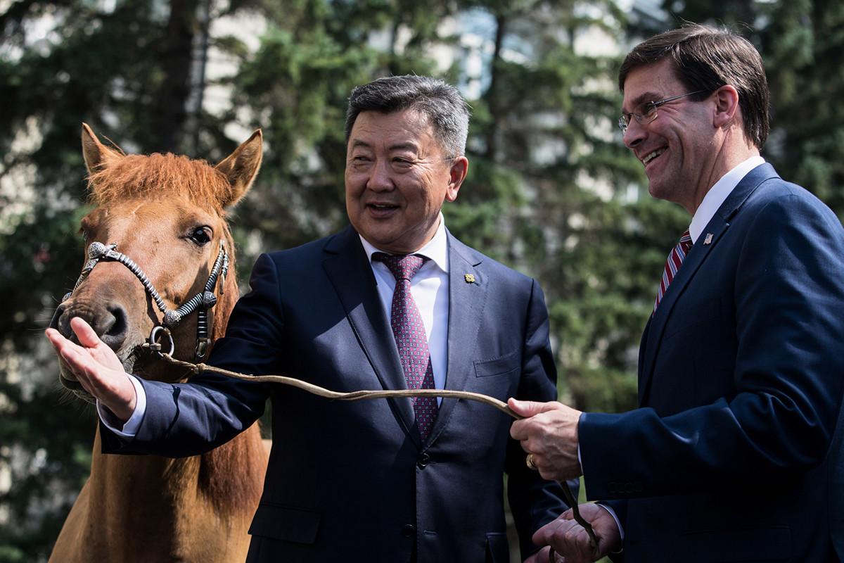 美防長埃斯珀(Mark Esper)8月7日出訪蒙古,商討抵制中共戰略。圖為埃斯珀(右)從蒙古防長手中接過禮物——寶馬「馬歇爾」(Byambasuren BYAMBA-OCHIR/AFP)