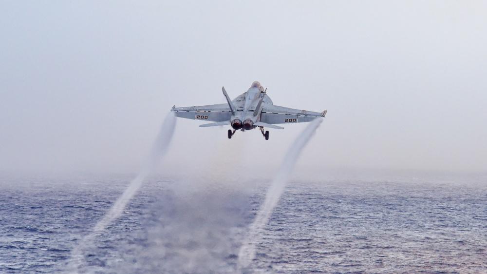美軍航母密集彈射戰機升空 網民:滅共節奏