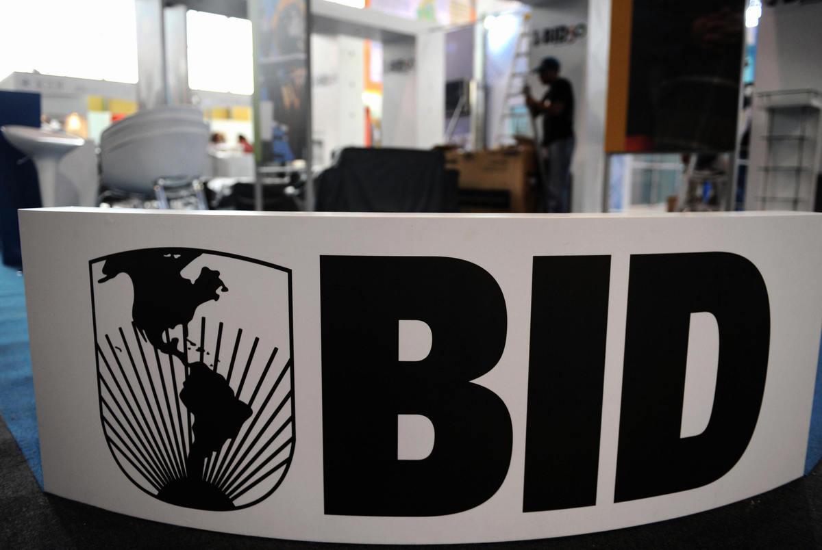 美洲開發銀行(Inter-American Development Bank,IADB)3月22日取消下周在中國召開的年度會議,據傳理由是北京拒絕委內瑞拉臨時總統胡安・瓜伊多(Juan Guaido)指派的代表出席會議。圖為IADB的標誌。(RAUL ARBOLEDA/AFP/Getty Images)
