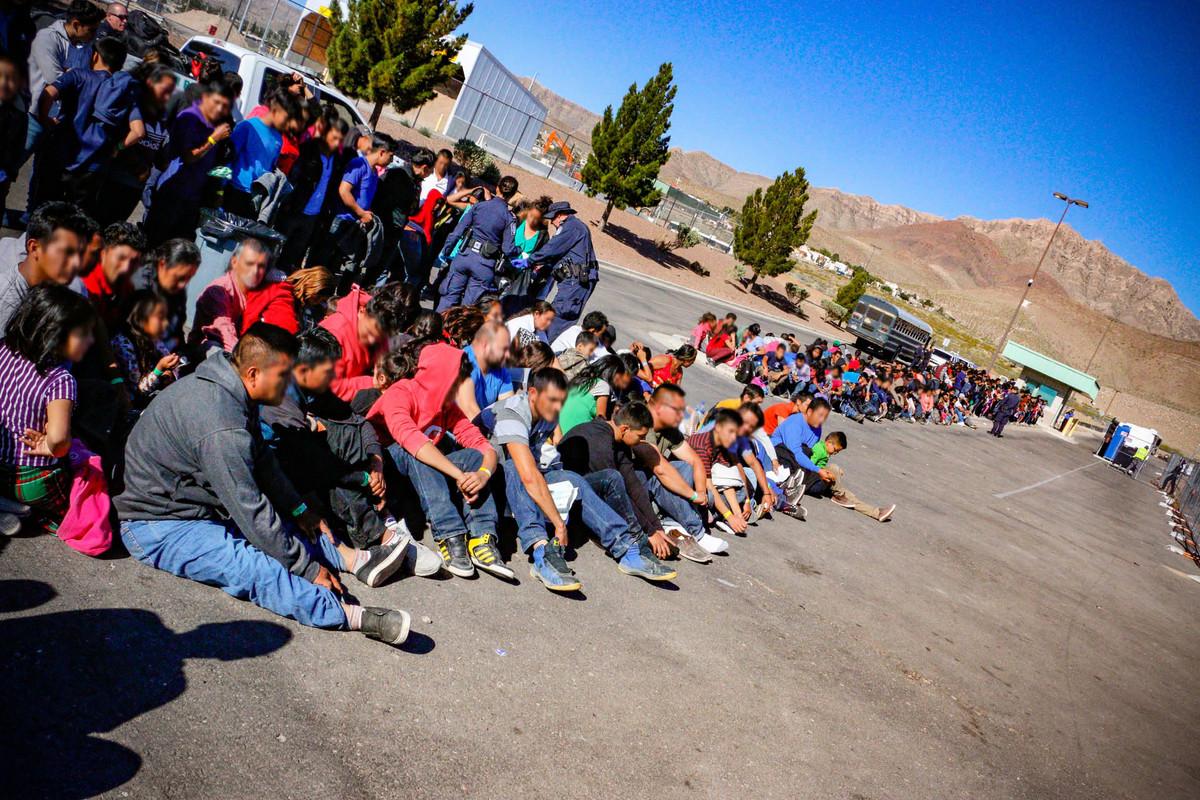美國抓捕到的越過美墨邊境的非法移民。(USBPA Edward Butron El Paso Sector/US Customs and Border Protection/AFP)